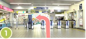 阪急「蛍池駅」改札を出て、左手側の東出口に向かって頂きます